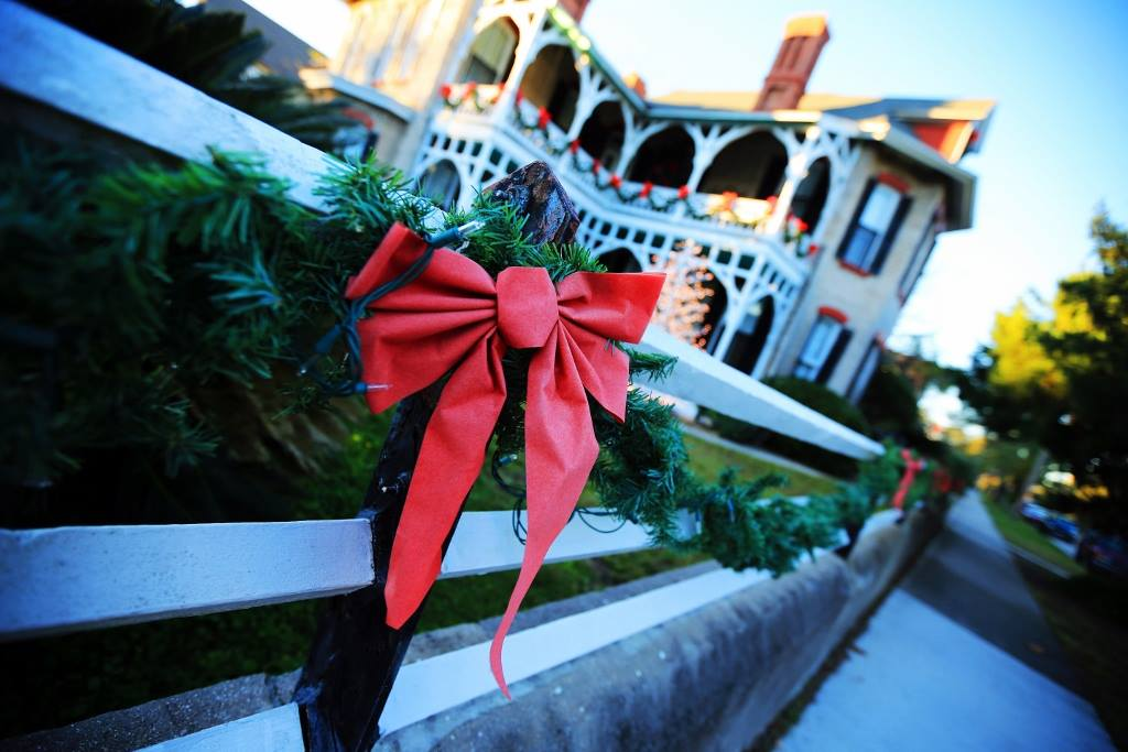 904 Happy Hour - Article - 2015 Amelia Island's Holiday Happenings